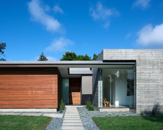 Fachada em madeira, concreto aparente e vidro.