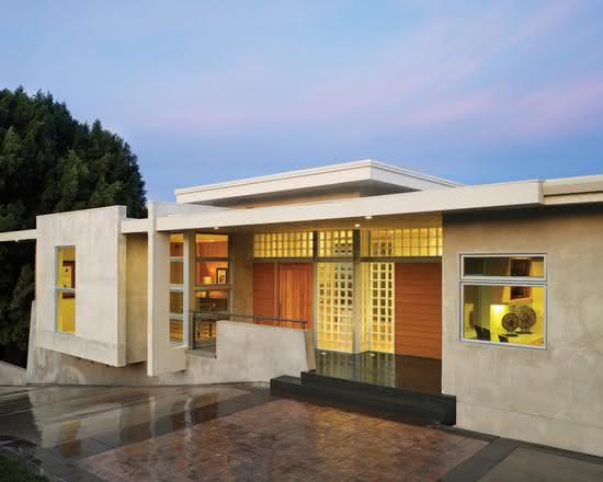 Fachada em concreto e porta de entrada em madeira.
