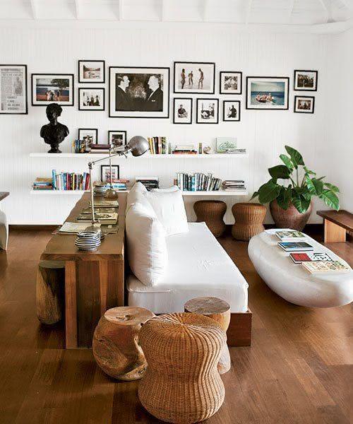 ... Mesa de centro em formato de pedra e mesa lateral em madeira e cesto