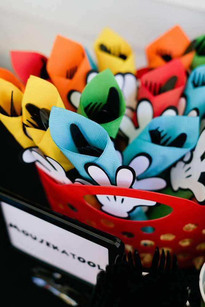 Enrole guardanapos coloridos nos talheres de plástico e envolva-os com um elástico.