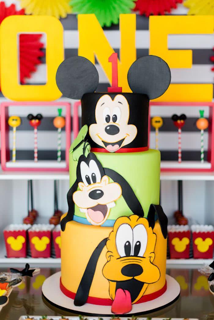 Homenageie cada andar do bolo com um personagem da Disney.
