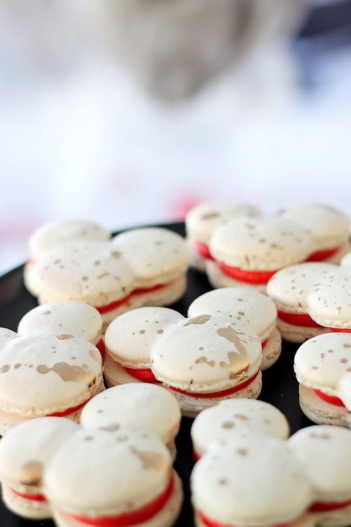 Surpreenda os convidados com delicados e fofos macarons.