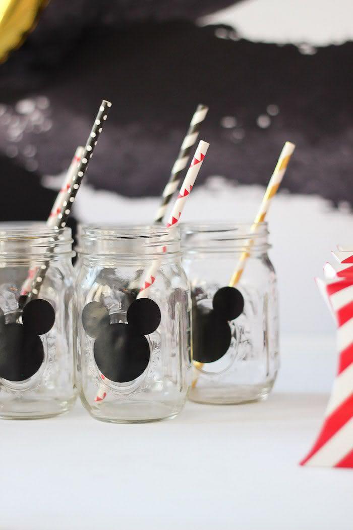 Reaproveite as jarras de vidro e incremente-as com adesivos e canudinhos estampados.