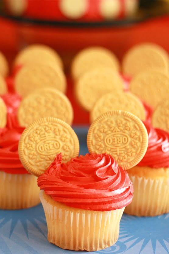 Dê um upgrade nos cupcakes com bolachas nas extremidades.