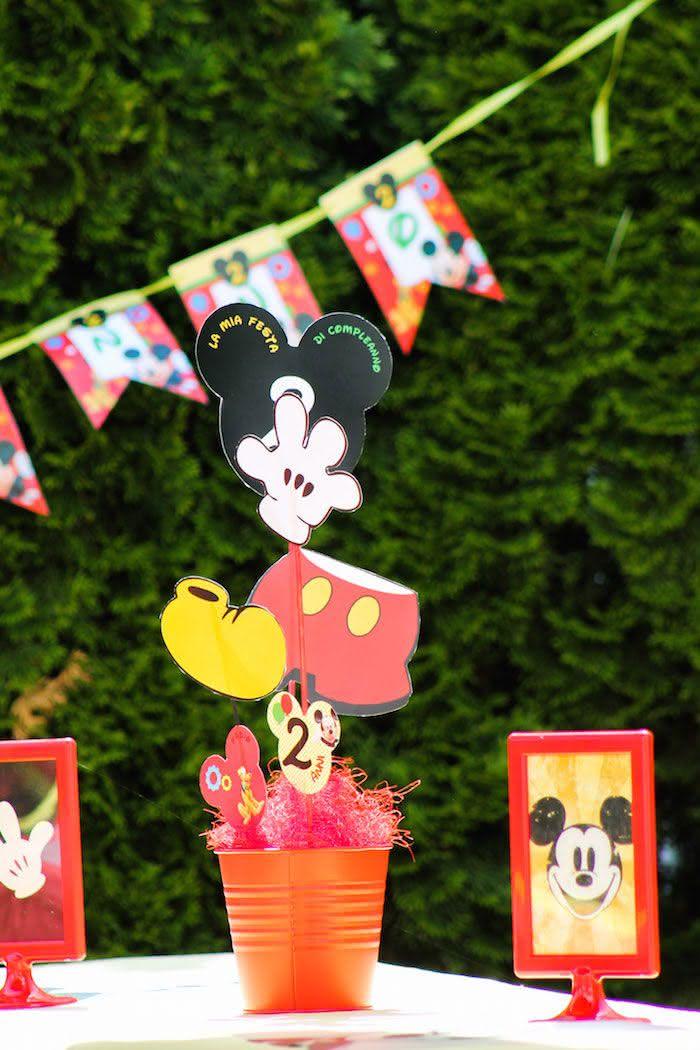 Aproveite que a internet disponibiliza moldes gratuitos do Mickey e use-os no centro de mesa!