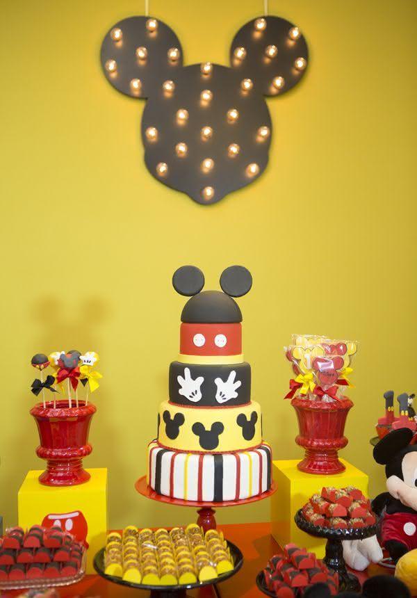 Deixe a mesa de bolo mais encantadora com o painel luminoso.