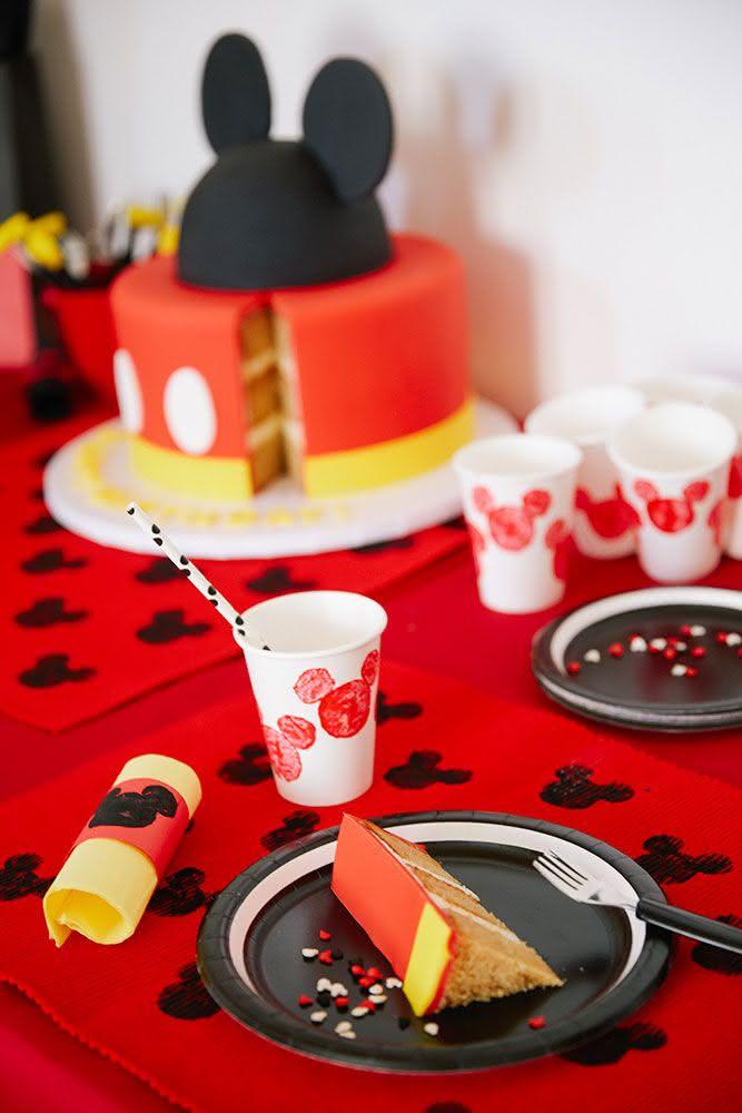 Opte por copos e utensílios descartáveis ao planejar a festa.