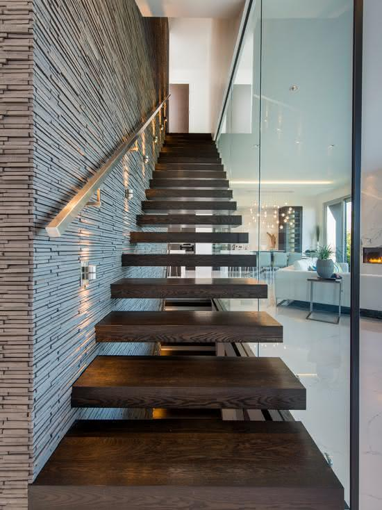 Escada de madeira escura