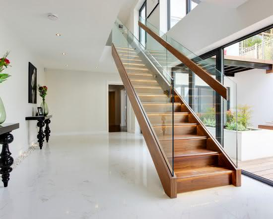 Escada com guarda-corpo de vidro