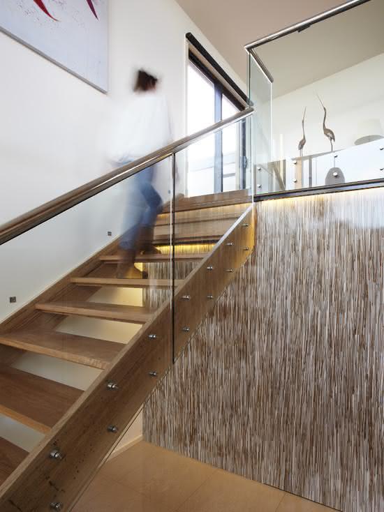 Escada de madeira com corrimão metálico