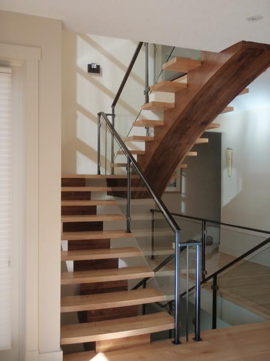 Escada de madeira com degraus sem espelho