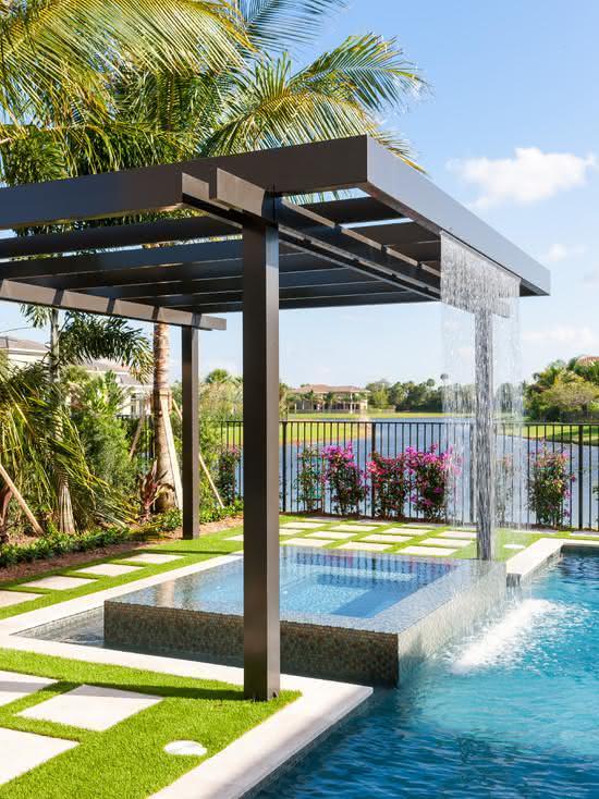 50 cascatas para piscinas com fotos para te inspirar for Pergolas para piscinas