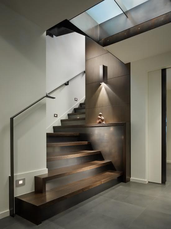 Escada de madeira com avanço nos primeiros degraus