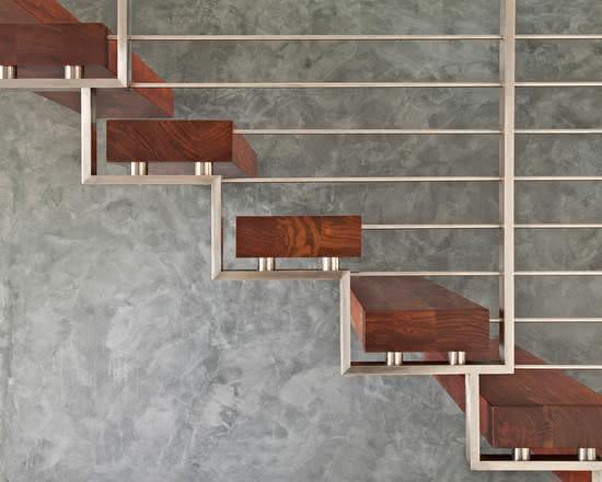 Escada de madeira preso sobre estrutura metálica