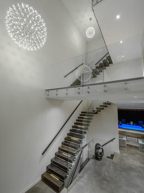 Escada de madeira para residência minimalista