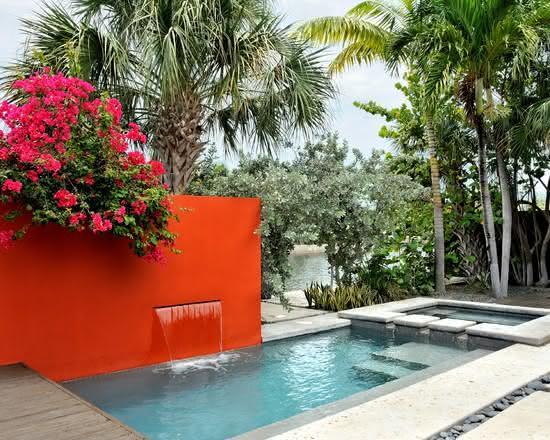 Cascata para piscina embutida em parede vermelha