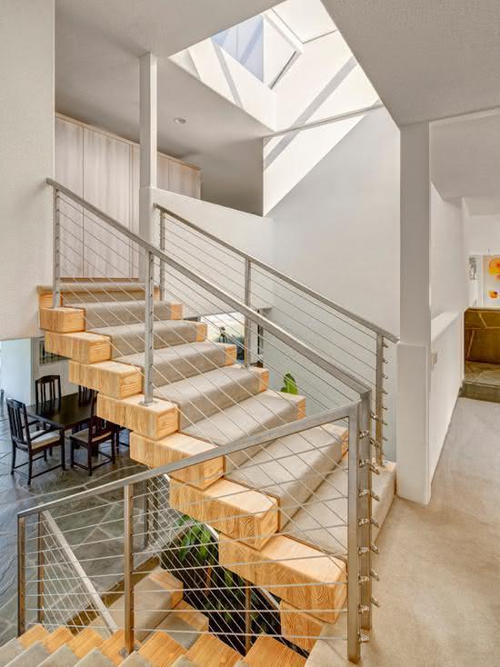 Escada com tapete nos degraus