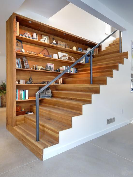 Escada de madeira com prateleiras