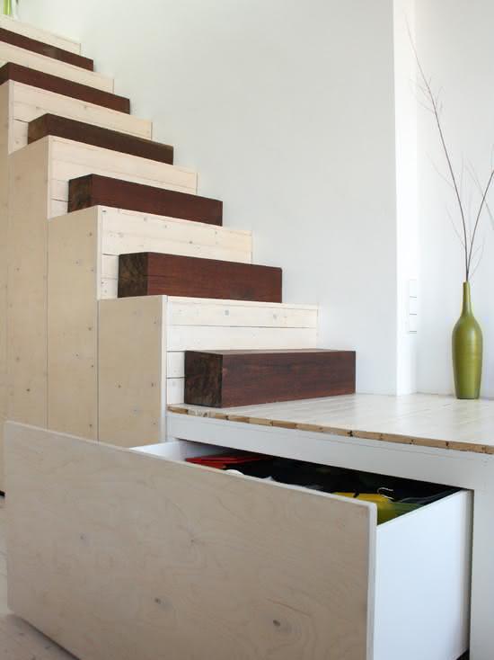 Escada de madeira com degraus intercalados por toras