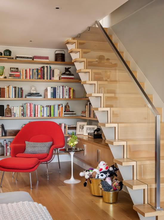 Escada com suporte lateral