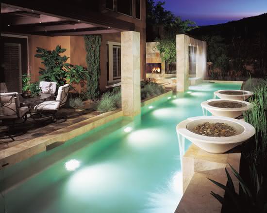 Cascata para piscina embutido em estrutura de pedra