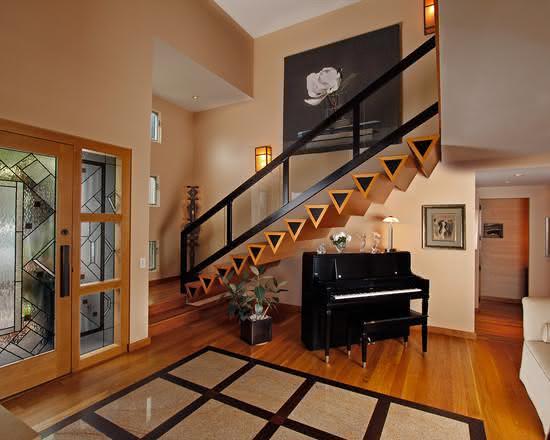 Escada de madeira com degraus em forma triangular