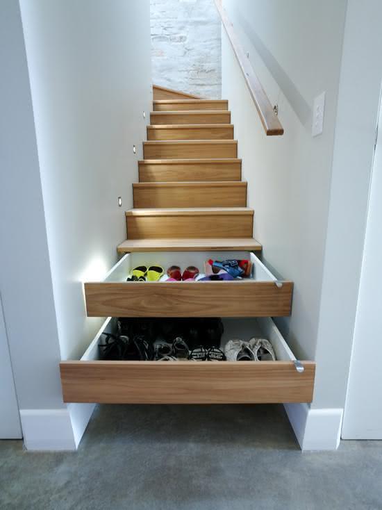 Escada de madeira com gavetas