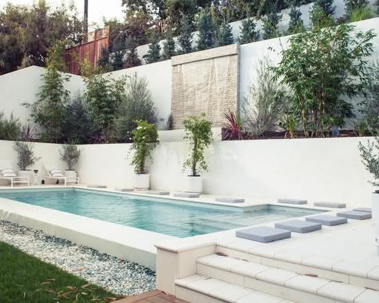 Cascata para piscina embutida em parede de canjiquinha