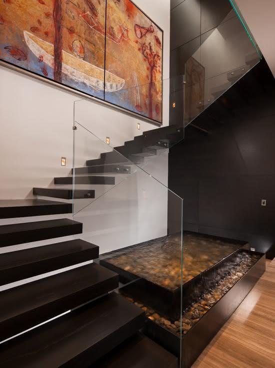 Escada de madeira com espelho d'água