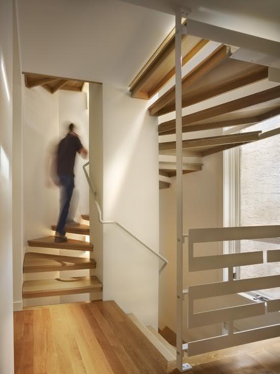 Escada de madeira com corrimão branco
