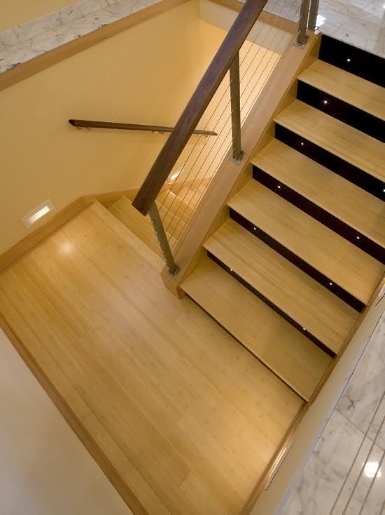 Escada com iluminação por ponto de luz nos degraus