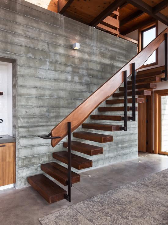 Escada de madeira com degraus preso na parede