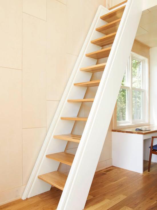 Escada de madeira com leve inclinação