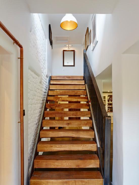 Escada de madeira com sistema vazado