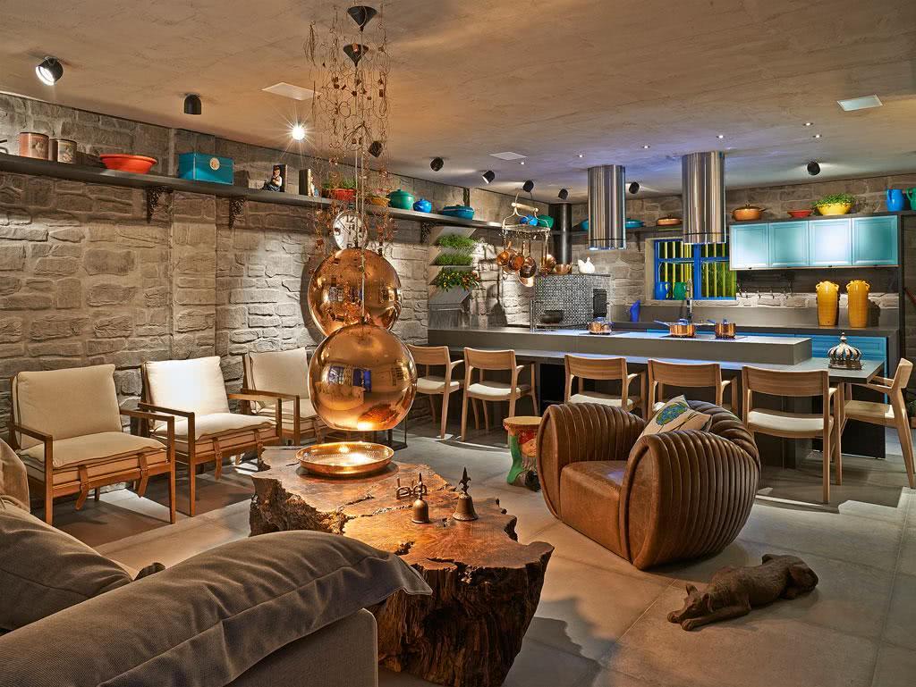 decoracao interiores braga:Imagem 31 – Parede com Pedra Cinza em apartamento com cozinha e sala