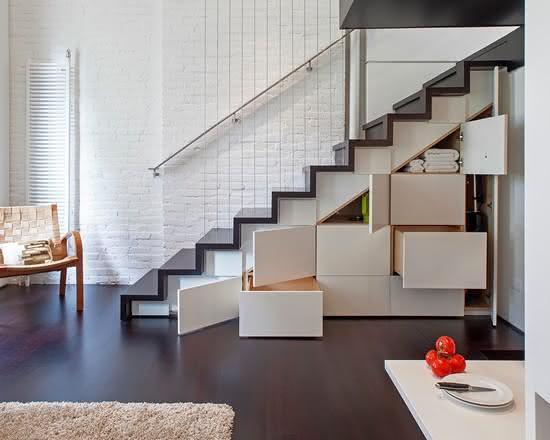 Escada de madeira com armários embaixo