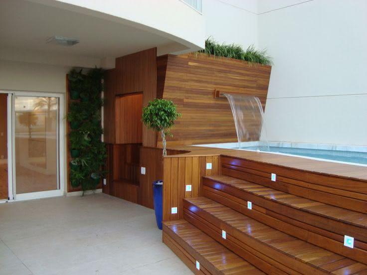 Cascata para piscina de madeira