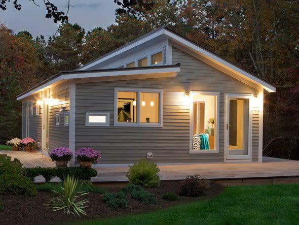 Casa pequena com telhado aparente.