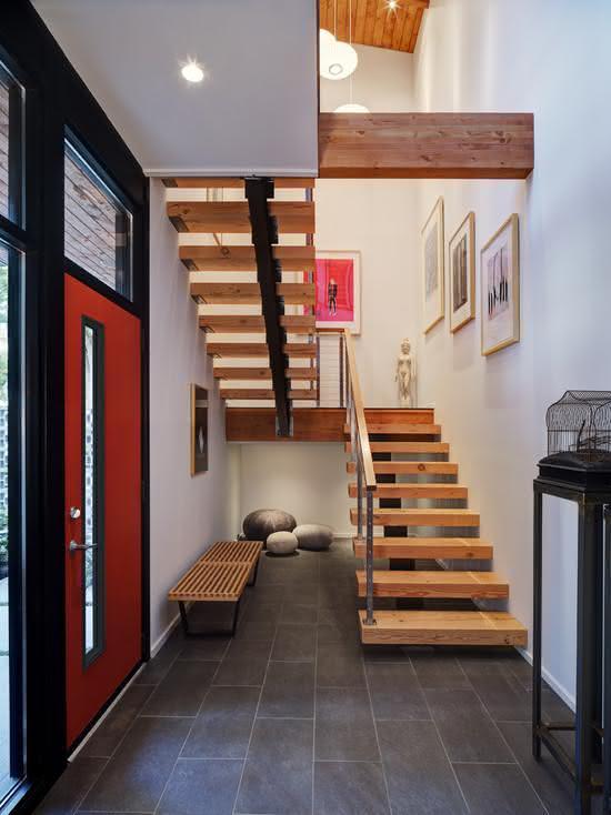 Escada de madeira com estrutura metálica