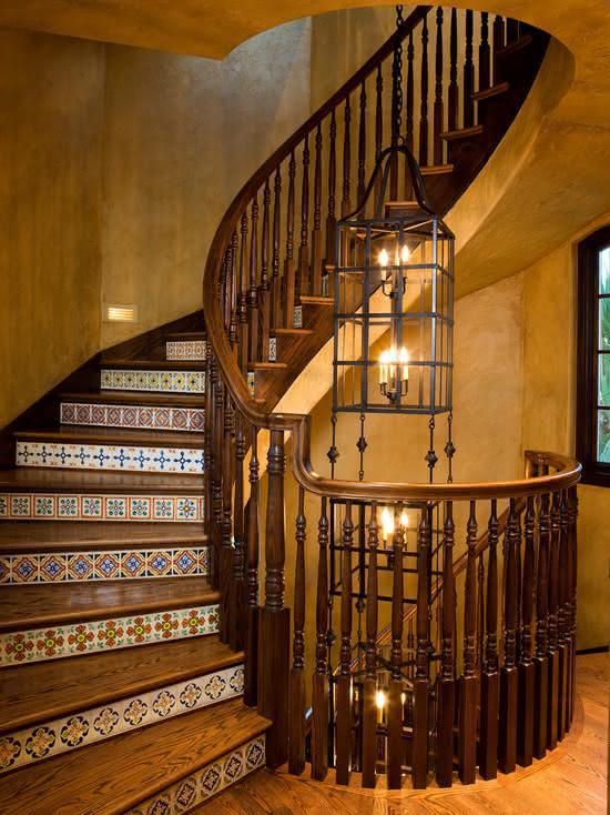 Escada de madeira com detalhe em ladrilho hidráulico