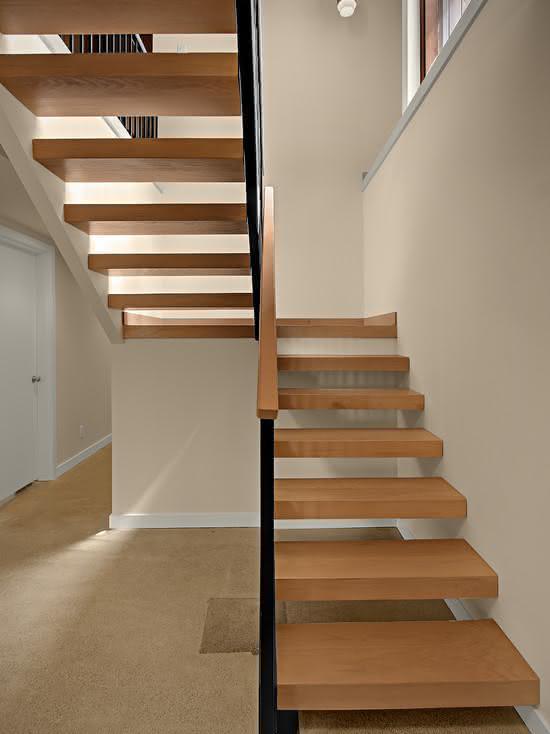 Escada de madeira com guarda-corpo preto