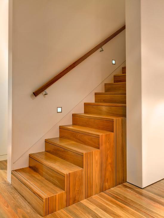 Escada de madeira com corrimão de madeira