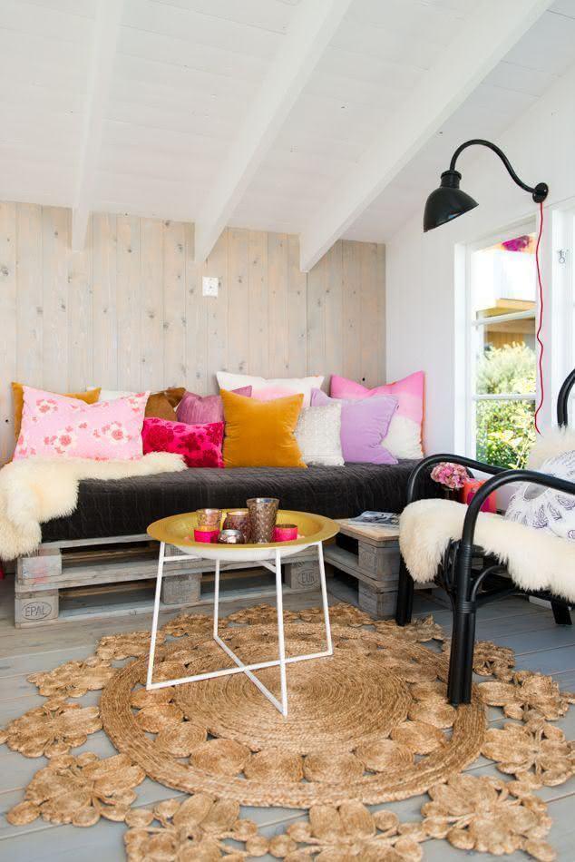 Sala com composição completa e sofá de pallet