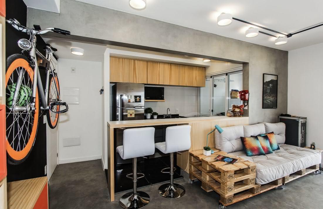 Apartamento do tipo studio com sofá de pallet