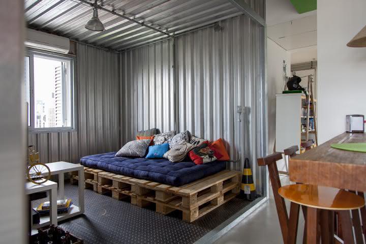 Sala com estilo industrial e sofá de pallet