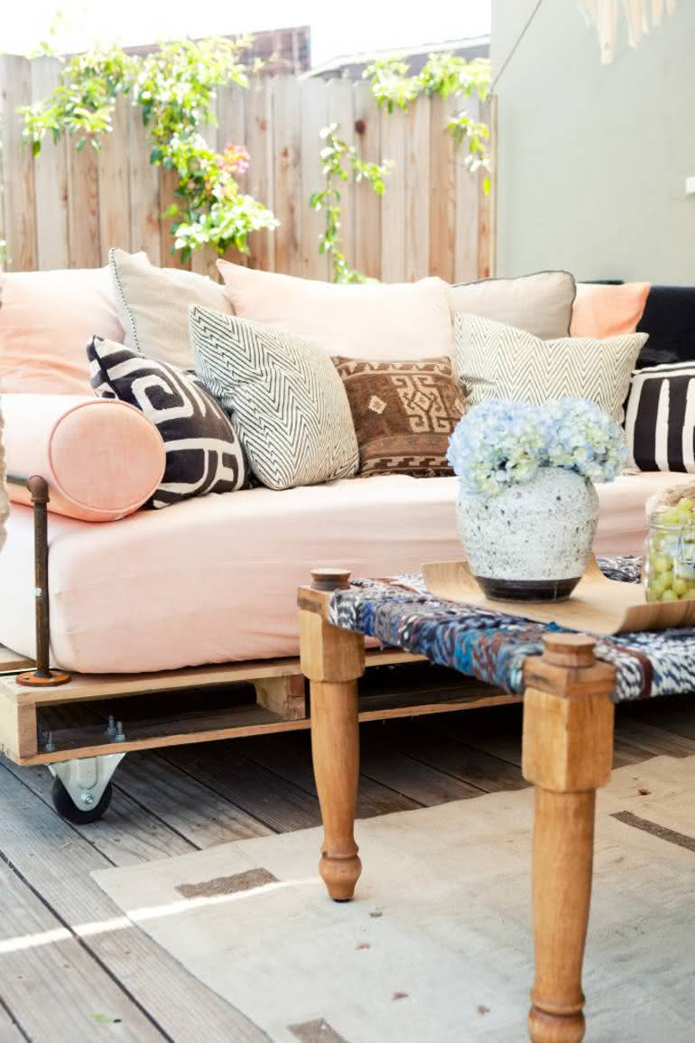 Modelo de sofá de pallet com estofado rosa