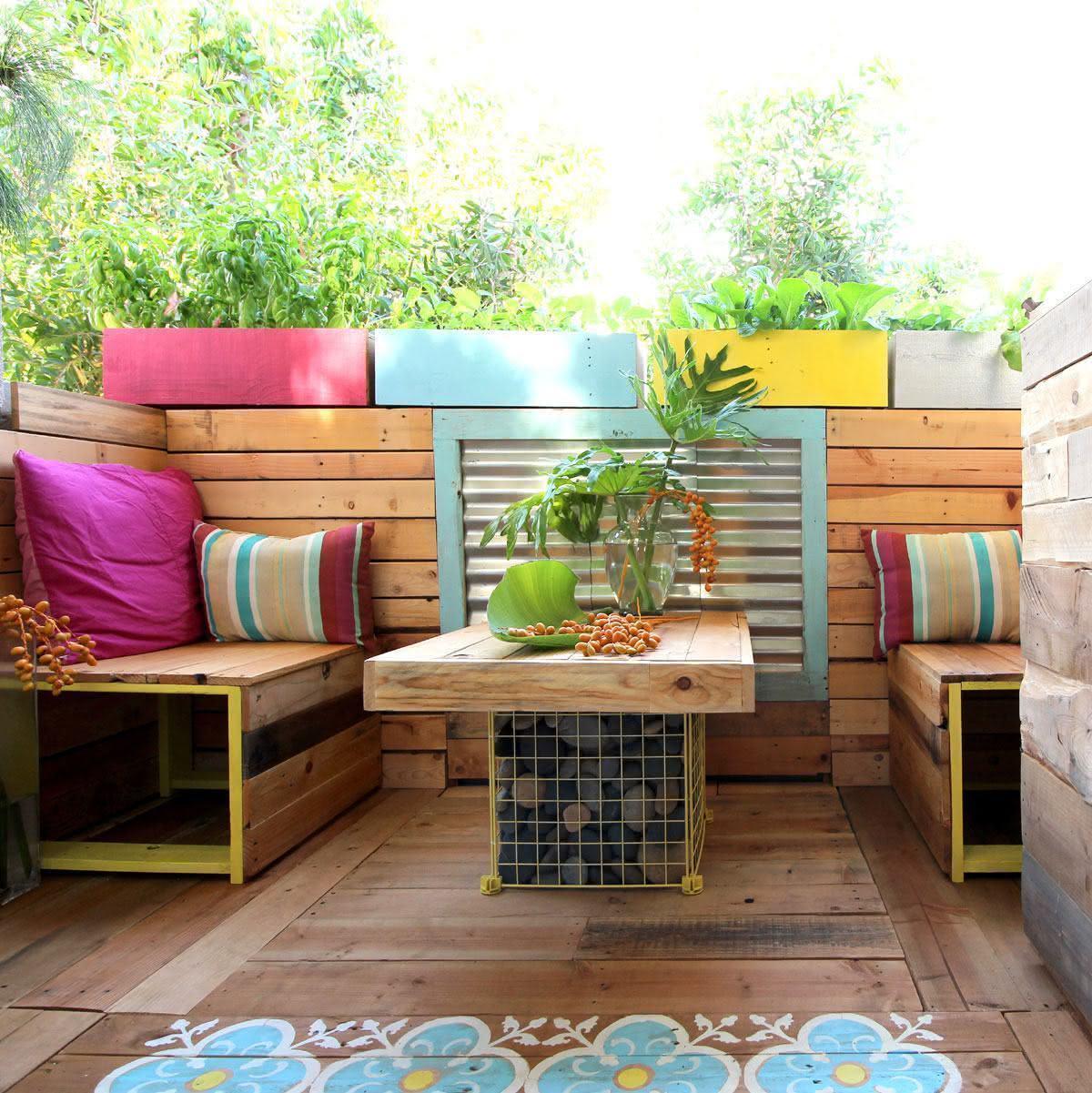 Espaço colorido com sofá de pallet