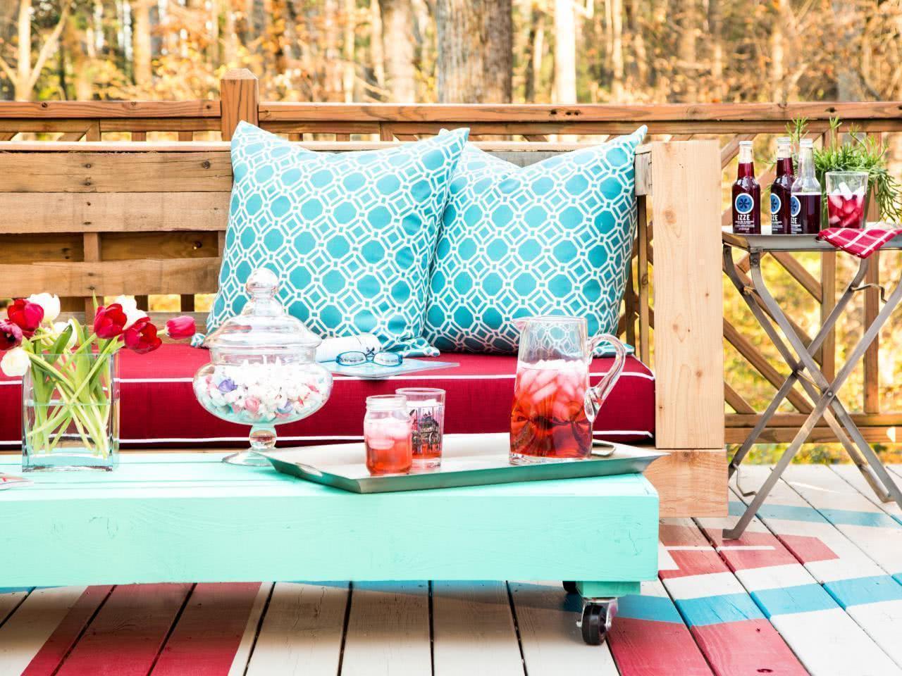 Sofá de pallet com mesa de centro azul turquesa