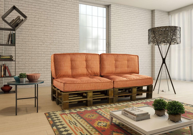Sofá de pallet com almofadas na cor laranja