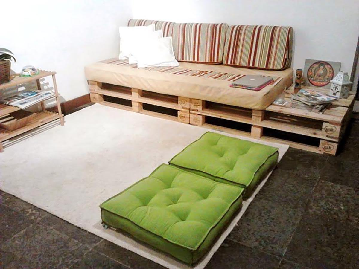Sofá de pallet com espaço lateral